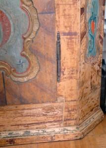 Bauernschrank aus Weichholz vor Restaurierung