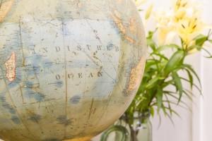 Reinigung eines antiken Globus aus Holz