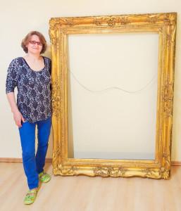 Katja Ling-Zeggio mit restauriertem Rahmen für das Brandenburg-Preußen Museum.